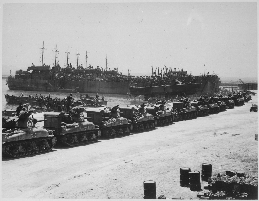 Decine-di-carri-Sherman-attendono-di-salire-sugli-LST-due-giorni-prima-del-D-Day