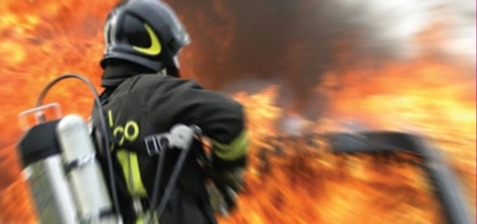 Abitazione in fiamme: muore uomo, in gravi condizioni la moglie