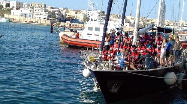 """Migranti, l'Sos: """"Disperso barcone da 74 ore con 45 persone a bordo"""""""