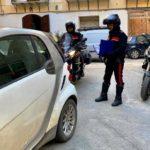 Carabiniere libero dal servizio arresta due persone