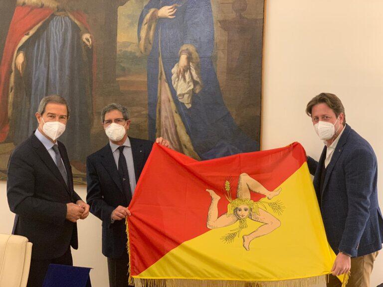Coppa America: la bandiera della Sicilia nella base di Luna Rossa