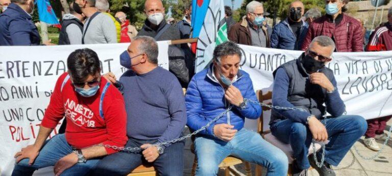 Operai ex Fiat incatenati davanti la sede della Regione  Siciliana- VIDEO e FOTO