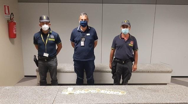 Guardia di Finanza: fermati in aeroporto due stranieri con 40mila euro non dichiarati
